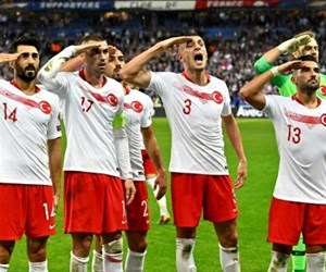 turk-futbolcularinin-fransa-macinda-asker-selami-12528048_143_o.jpg