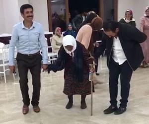105 yaşındaki nine halay.jpg