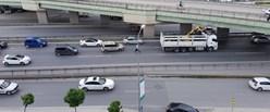 162855-istanbulda-kamyon-kopruye-takildi-trafik-felc-oldu-700x0