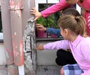 kucukcekmecede-velilerden-duvarlarinda-catlaklar-bulunan-okul-onunde-eylem_1954_dhaphoto3.jpg