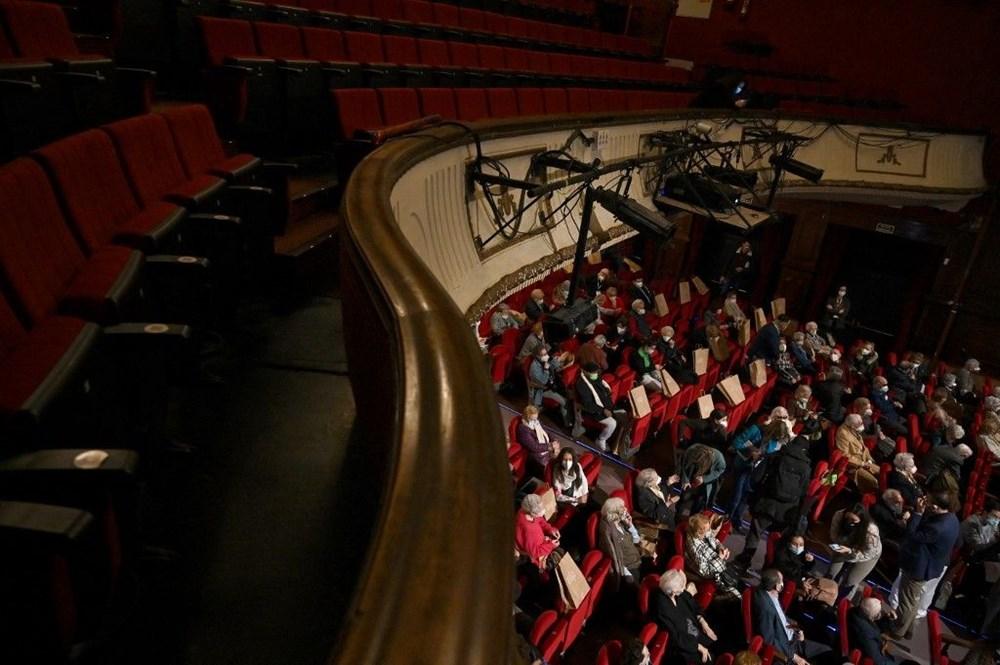 Madrid'de corona virüs aşısı olan yaşlılar için tiyatroda özel gösterim - 3