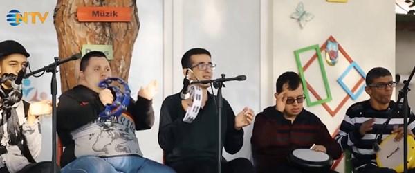 Down sendromlu Defne ve Murat, farkındalık günü için şarkı söyledi
