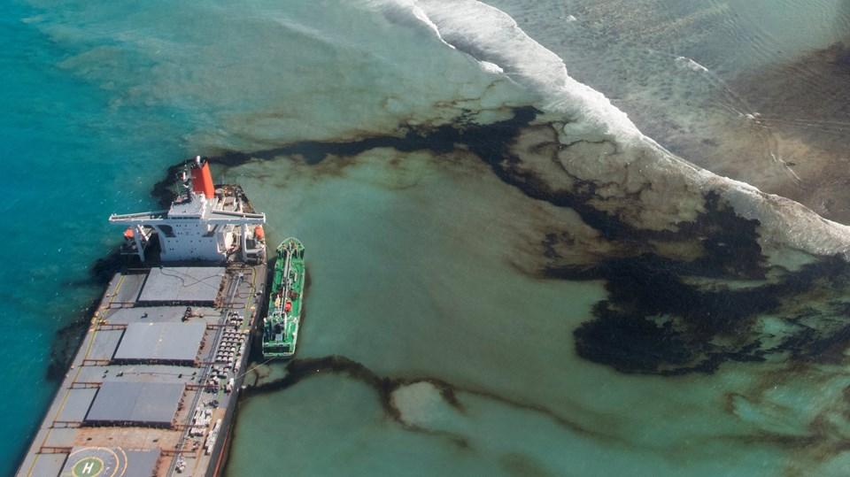 Mauritius açıklarında karaya oturan tankerden binlerce ton petrol sızdı.