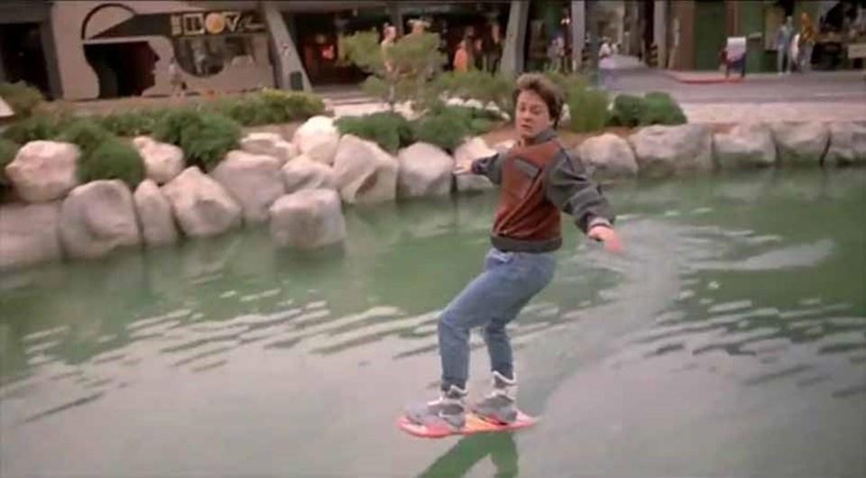 Geleceğe Dönüş filminde kullanılan hoverboardile uçma sahnesinden bir kare.