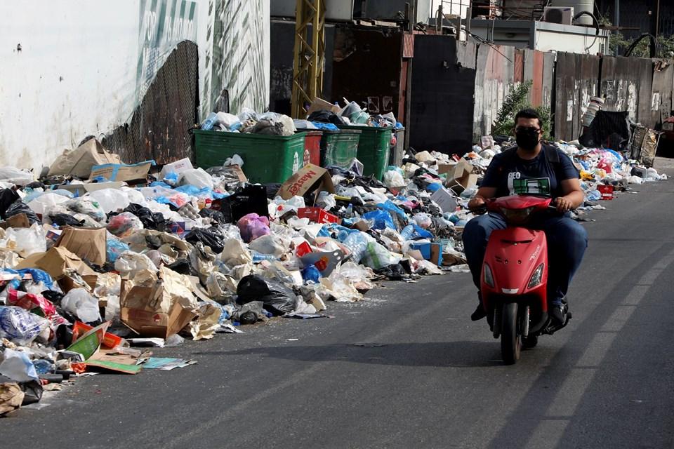 Ülkede kamu hizmetlerinin aksaması nedeniyle sokaklarda biriken çöp yığınları