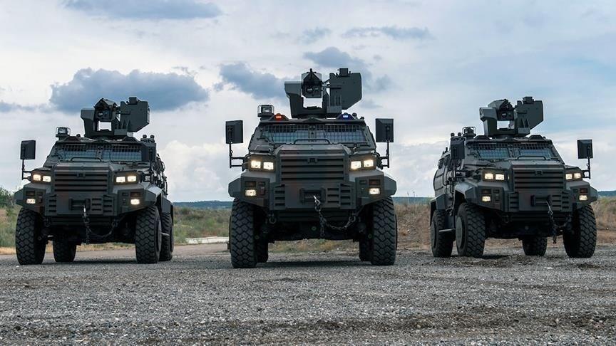 """<p>Ejder Yalçın, mayıs ayında Macaristan Savunma Kuvvetlerinin, envanterindeki ve tedarik sürecindeki araçları sergilediği """"Ulusal Savunma Günü"""" etkinliklerine, Yörük 4x4 hafif zırhlı aracı ile katıldı.<br /><br />Son olarak iç güvenlik birimlerinin tanıtımına yönelik etkinliğe davet edilen Ejder Yalçın, Budapeşte sokaklarında dolaşan araç konvoyunda boy gösterdi.<br /><br />Ejder Yalçın, askeri birlikler ile güvenlik güçlerinin meskun mahal ve kırsal alanlar dahil her türlü bölge ve arazi şartlarında harekat ihtiyaçlarına cevap vermek üzere geliştirildi. Yüksek koruma ve hareket kabiliyetlerine sahip araç, harekat sahasında kendini kanıtlamış özgün bir platform olarak görev yapıyor.</p>"""