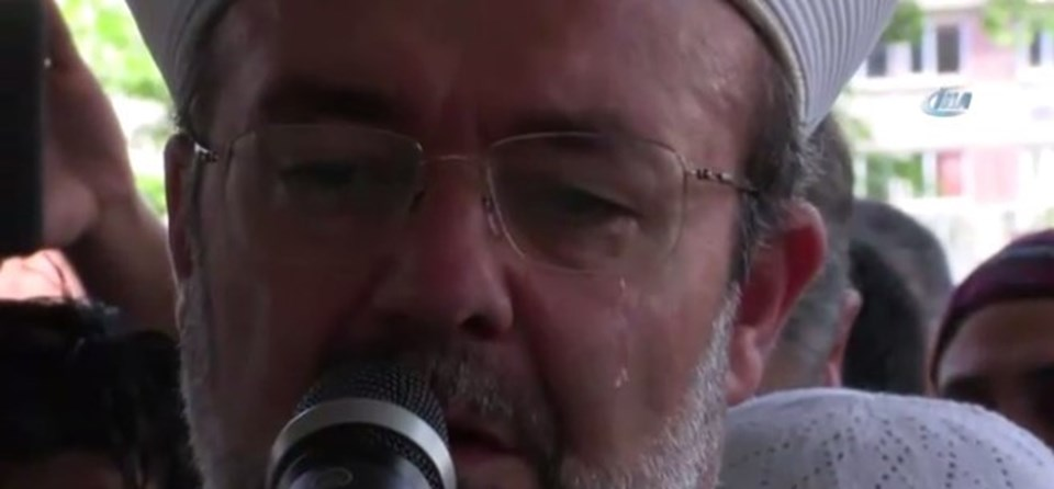 Cenaze namazını kıldıran Diyanet İşleri Başkanı Görmez gözyaşlarını tutamadı.