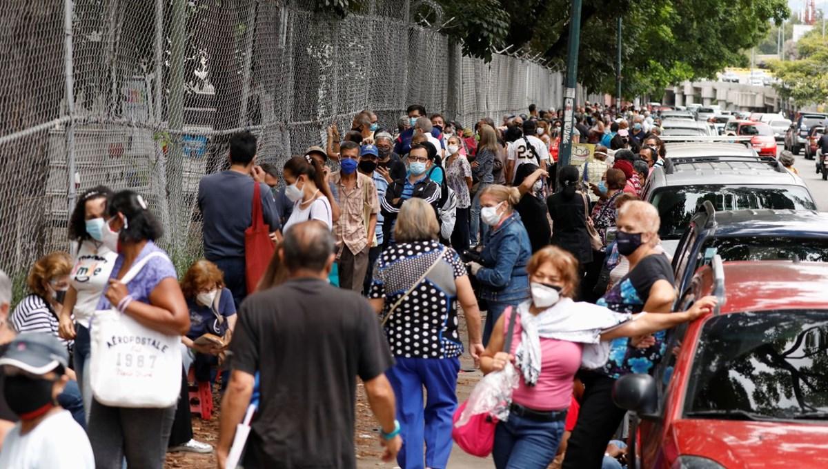 Venezuela'da aşılama başladı: 400 metre kuyruk