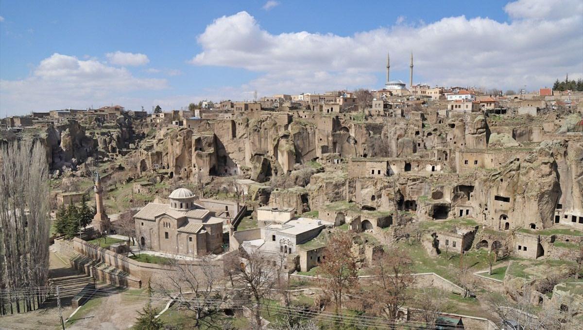 Aksaray'da açık hava müzesini andıran 'Manastır Vadisi' ziyaretçilerini tarihte yolculuğa çıkarıyor