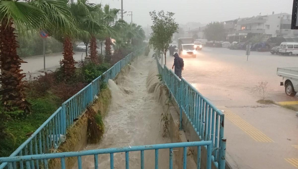 İzmir'de sağanak ve fırtına: Çatılar uçtu, ağaçlar devrildi