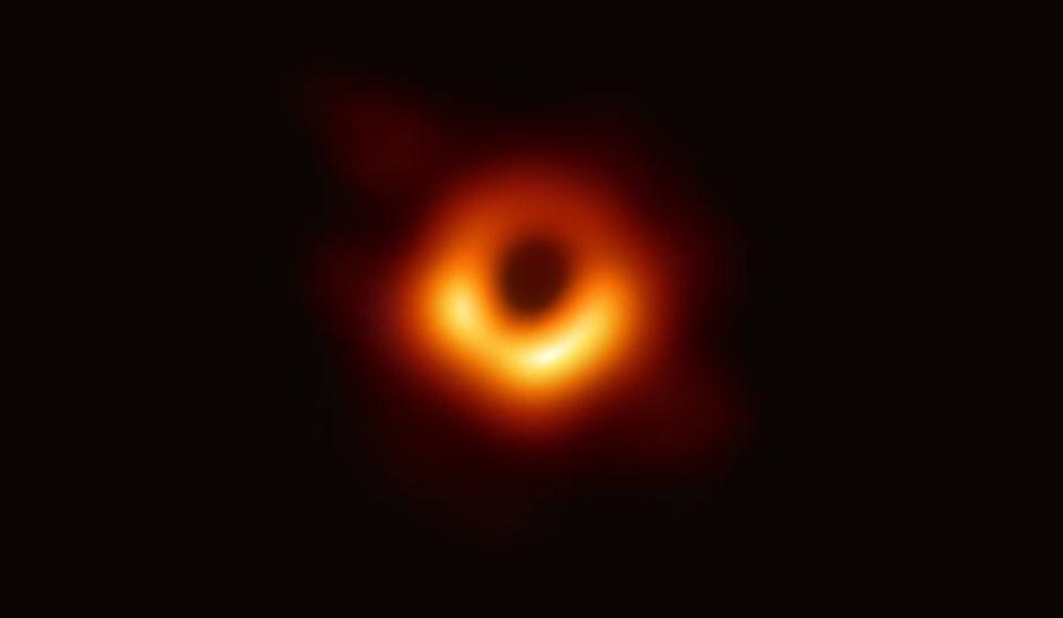 Kara delik fotoğrafının ilk hali. 2019'da çekilen bu fotoğraf uzay araştırmalarında dönüm noktalarından biri olarak kabul ediliyor.