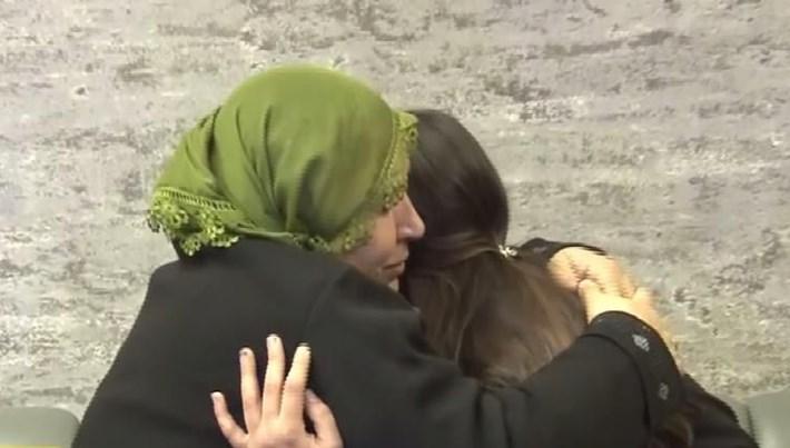 HDP önünde eylem yapan annelerden biri daha evladına kavuştu (O anlar kamerada)