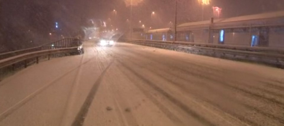 Kar yağışı nedeniyle E5 Karayolu kar ile kaplandı.