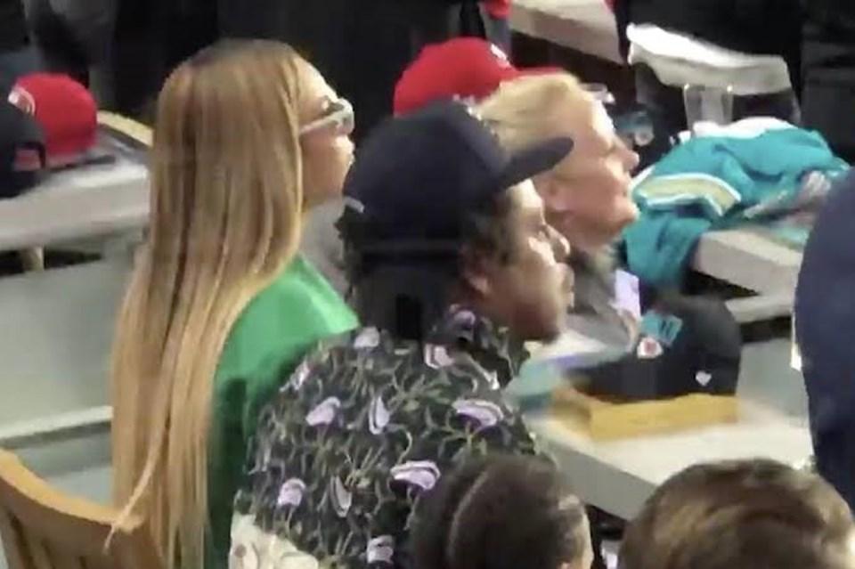 Ünlü çiftin marş esnasında yerlerine oturmaları, sosyal medyada paylaşılan bir video ile ortaya çıktı.