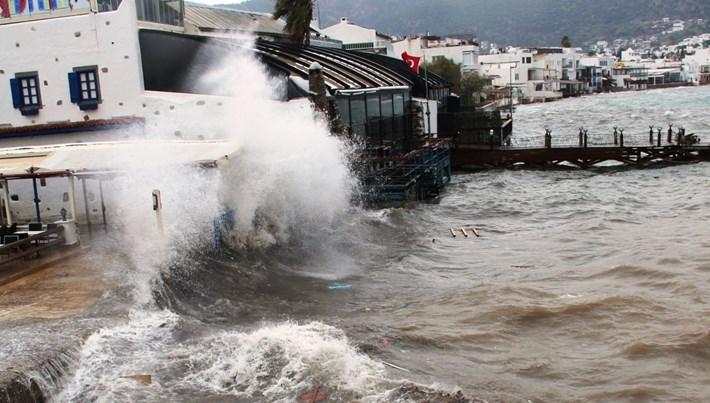Bodrum'da fırtına etkisi gösterdi: Deniz seferleri iptal oldu