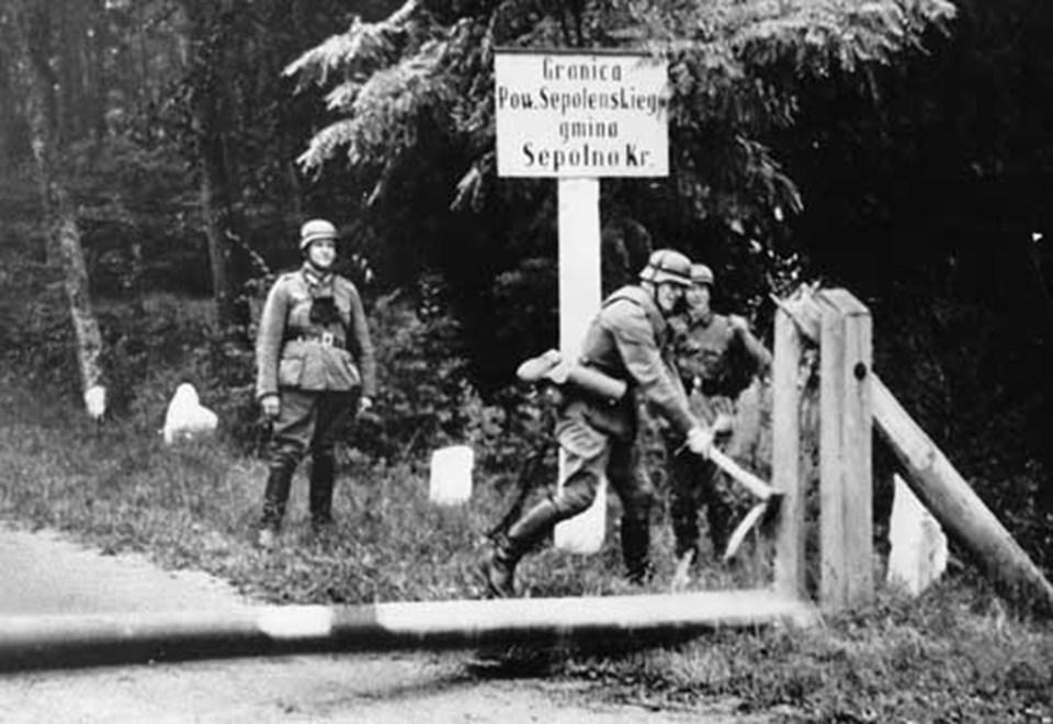 Nazi askerleri Almanya-Polonya sınırını geçiyor.