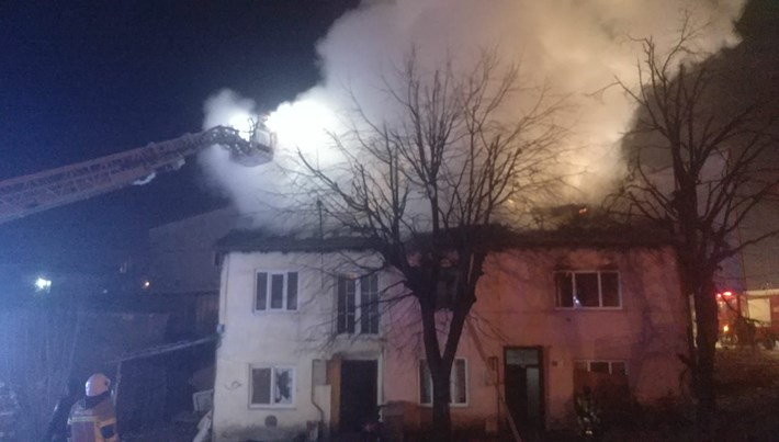 Bursa'da iki katlı bina yangında kullanılamaz hale geldi