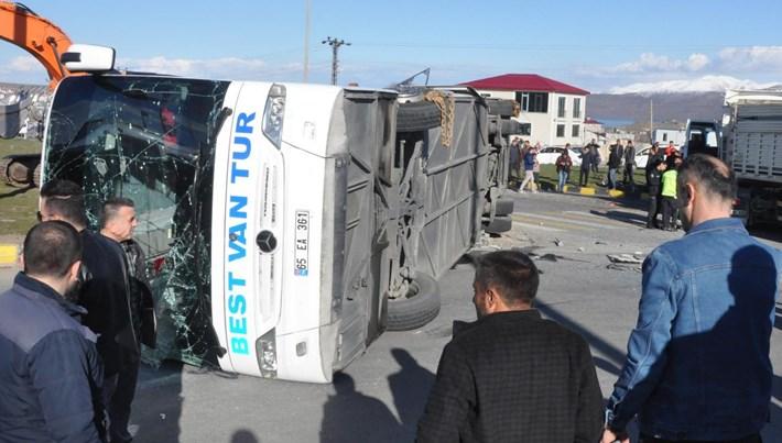 Bitlis'te yolcu otobüsü ile TIR çarpıştı: 34 yaralı