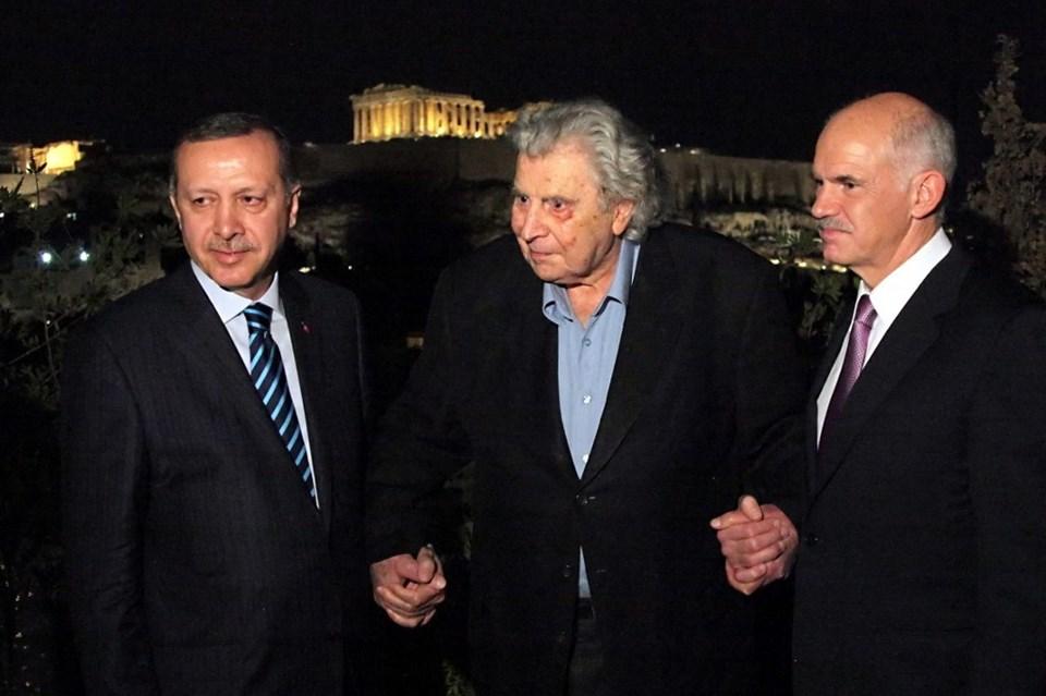 Theodorakis, Cumhurbaşkanı Erdoğan ve o dönem Yunanistan Başbakanı olan Yorgo Papandreu ile Atina'da (2010)