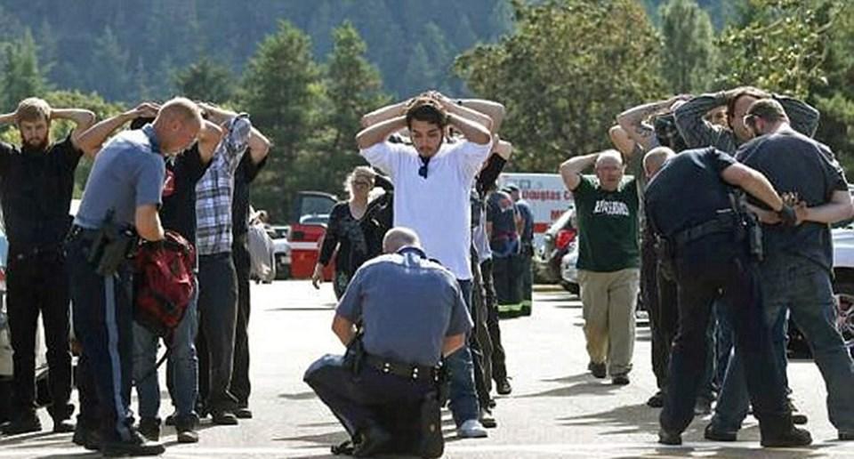 Polis, olay sonrası okul dışına çıkartılan öğrencilerin üzerinde ve çantalarında arama yaptı