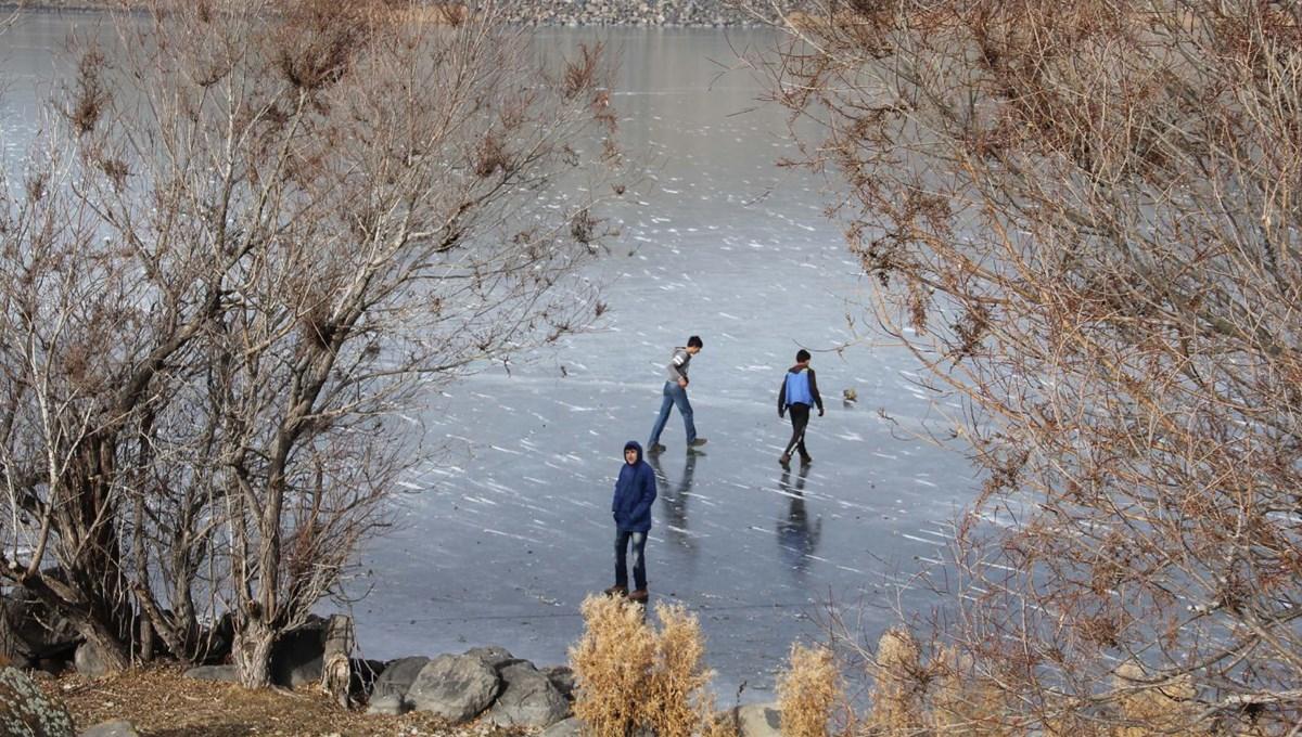 Önce buzun kalınlığını ölçtüler, sonra kaydılar