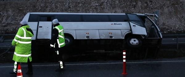 Taraftarları taşıyan otobüs refüje devrildi: 8 yaralı