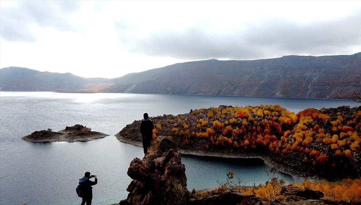 Nemrut Krater Gölü'nde sonbahar renkleriyle kartpostallık görüntüler