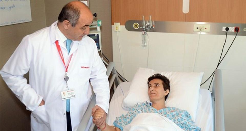 Prof. Dr. Yalçın Polat, ameliyatını yaptığı bir hastasıyla.