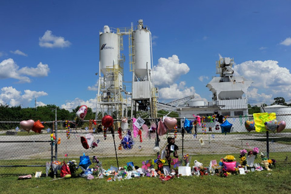 Rebecca'nın intihar ettiği fabrikanın önüne küçük kızı anmak için çicek ve hediyeler bırakıldı.