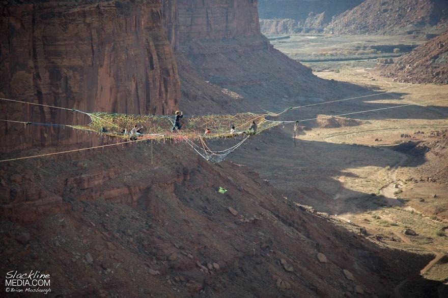 125 metreye örümcek ağı kurdular