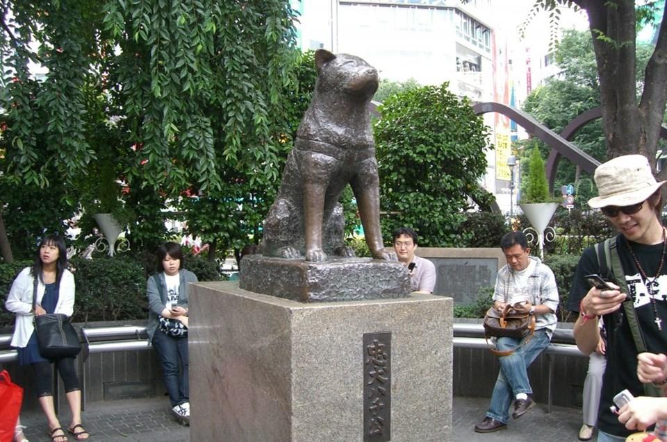 Hatchiko'nun Shibuya İstasyonu'ndaki bakır heykeli