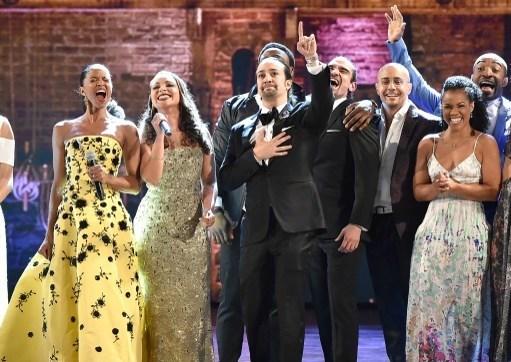 """En İyi Müzikal seçilen """"Hamilton""""un oyuncuları sahnede."""