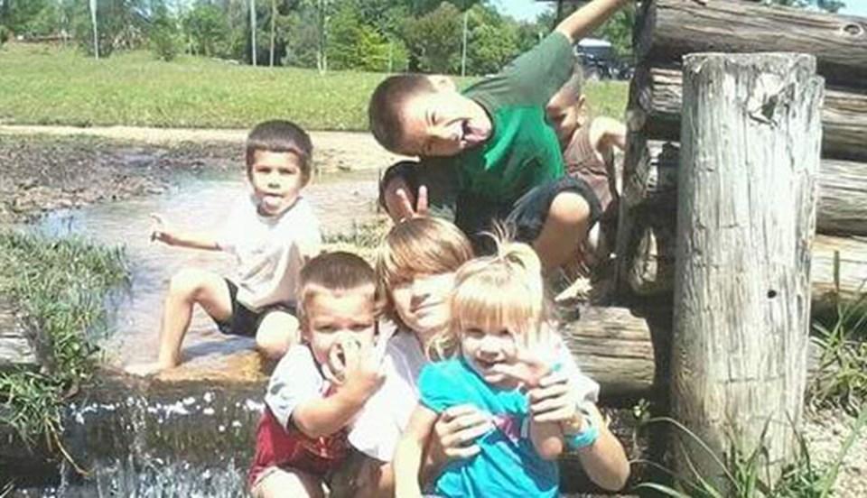 Justin kardeşleri William, Diego, Emilio ve Brooklyn ile birlikte
