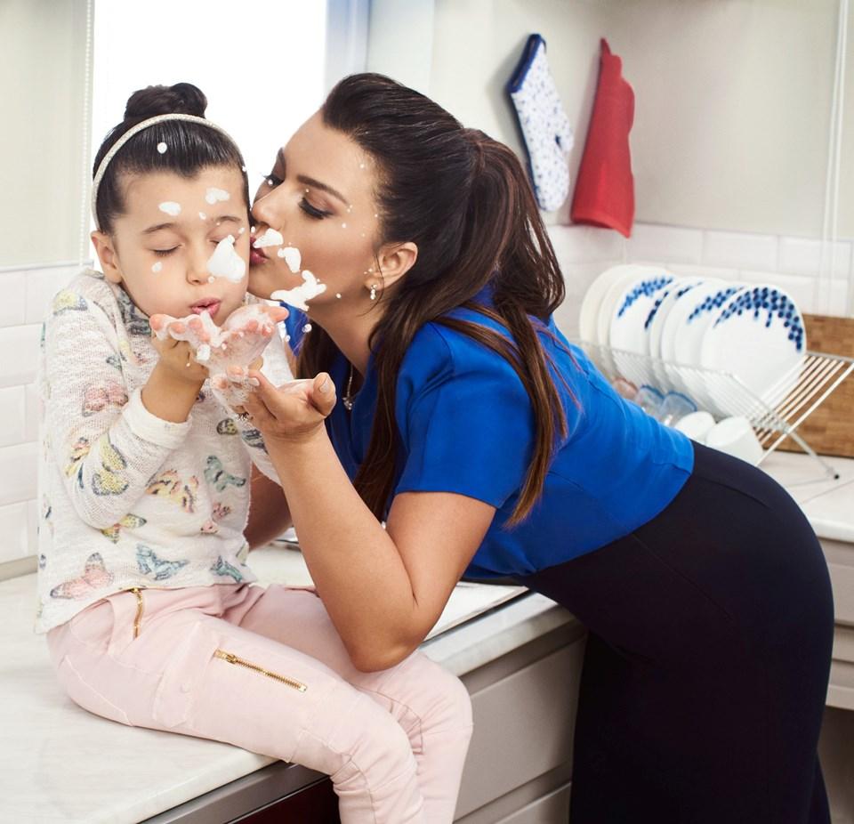 Sanatçı Açelya Akkoyun, Pril markasına anne özelliğiyle destekverdi...