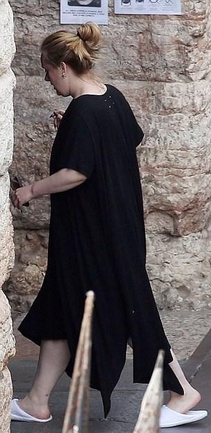 İngiltere'nin gelmiş geçmiş en zengin kadın şarkıcısı olan Adele, sahne dışında sadeliği tercih ediyor.