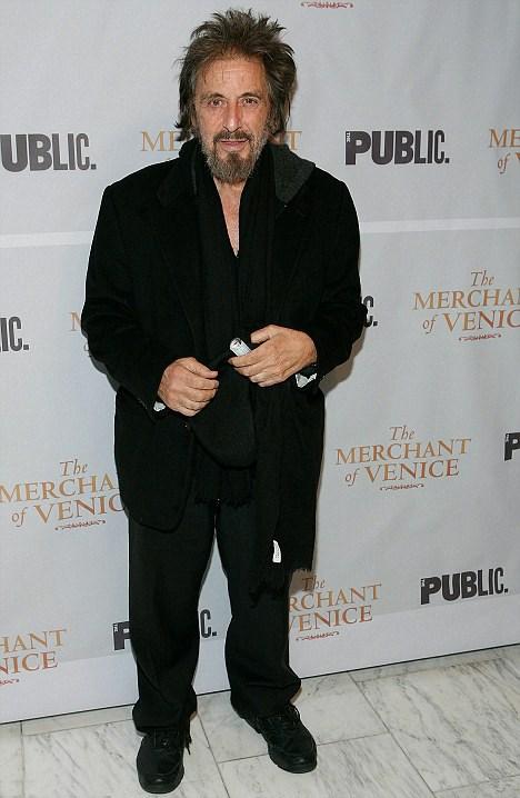 Pacino üzerine oturmayan hırpani kıyafetiyle Hollywood yıldızından çok bir evsizi andırıyordu