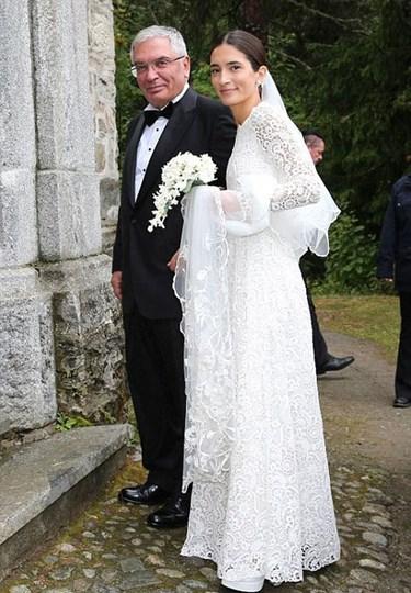Almanya'nın Bavyera Prensi Konstantin (32) Londra'da yaşıyor, Koko Bayern ismi ile DJ'lik yapıyordu. Yolu, İsviçre'de lise eğitimini tamamladıktan sonra Londra'da iç mimarlık okumaya giden Türk kızı Deniz Kaya ile 2012'de kesişti. Birbirlerine ilk görüşte aşık oldular.<br /><br />