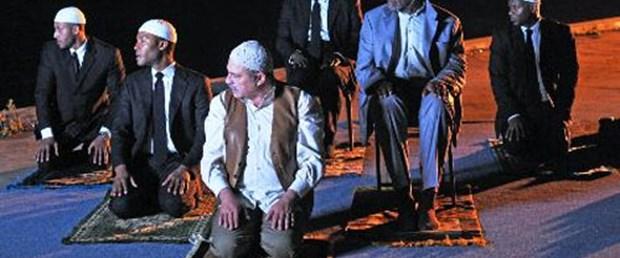Amerikalı aktör sandalyede namaz kıldı