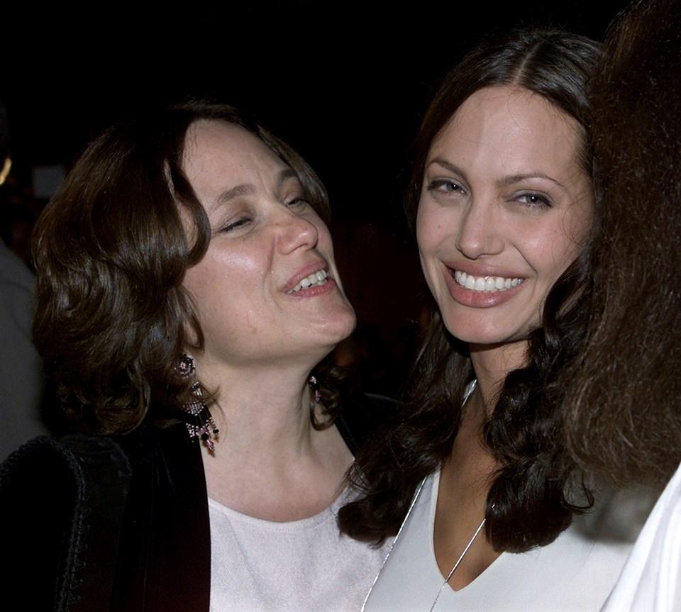 Jolie, 'Tıbbi Tercihim' adlı makalesinde annesinin yaklaşık 10 yıl kanserle mücadele ettikten sonra 56 yaşında öldüğünü hatırlattı.