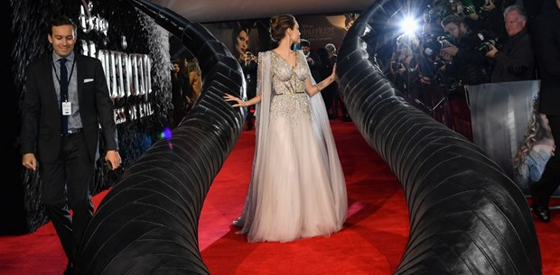 Angelina Jolie Malefiz: Kötülüğün Gücü'nün Londra galasında (Dev boynuzların arasında)