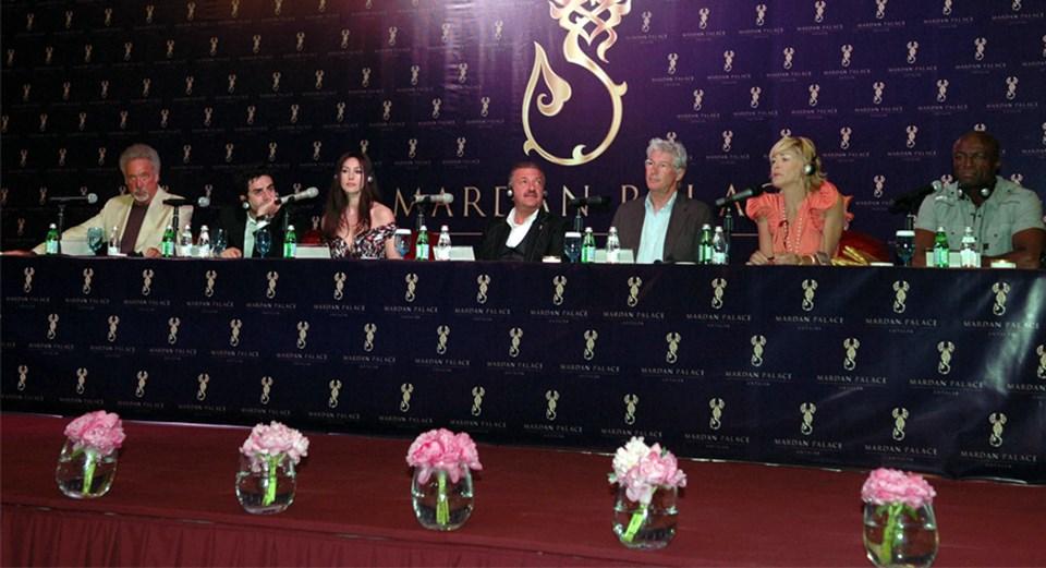 Otel açılışına Tom Jones, Monica Bellucci, Richard Gere, Sharon Stone ve Seal İsmailov'la birlikte katıldı.