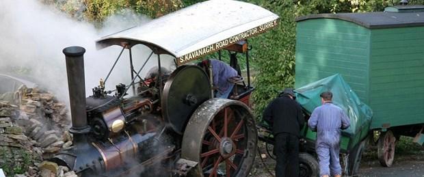 Asırlık buharlı lokomotif yoldan çıkarsa...