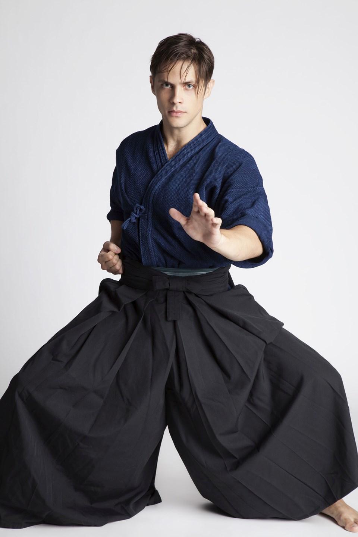 Aldığı eğitimlerin ardından samuray seviyesine ulaşan Alpaykut, bu sanatının oyunculuğuna da katkısı olduğunu belirtiyor.