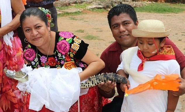 Belediye Başkanı Rojas'ın evlilik törenine gerçek hayattaki eşive çocuğu da katıldı. Eşi, kocasınıelleriyle evlendirerek timsahın ailenin yeni prensesi olacağına inanıyor...