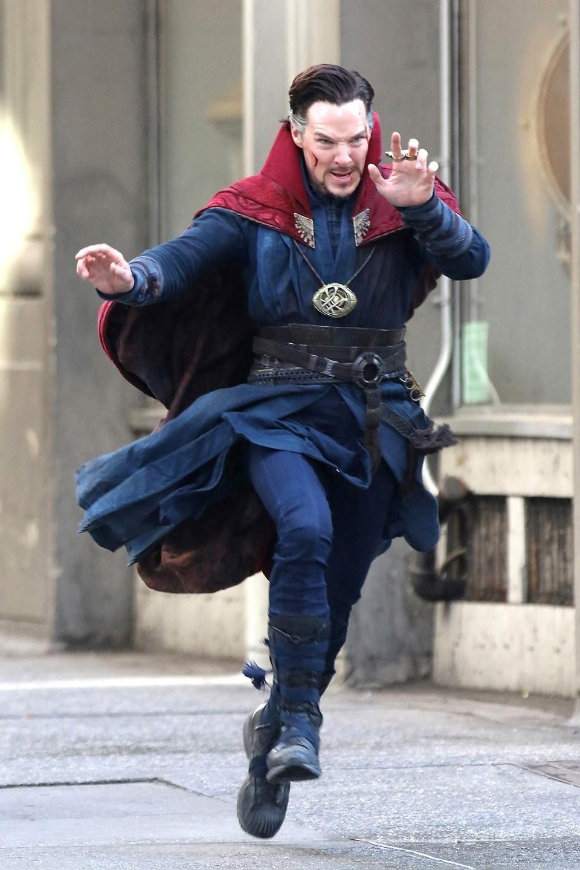 """Benedict Cumberbatch, nisan ayında çekimleri yapılan """"Doctor Strange"""" filminin setinde."""