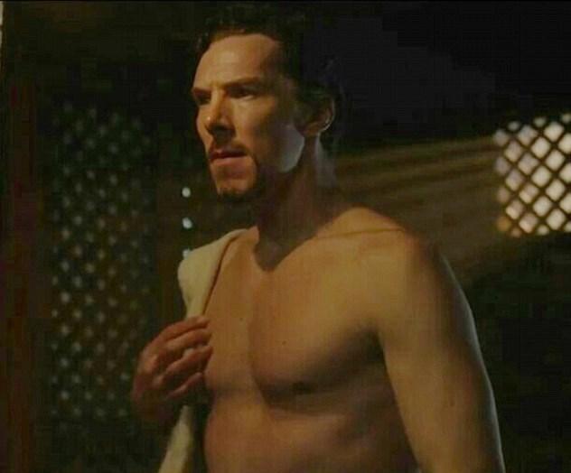 """""""Doctor Strange"""" filminden bu karede oyuncunun özel çalışmayla sahip olduğu kaslı vücudu görülüyor."""
