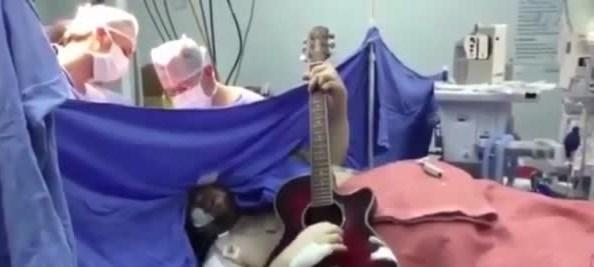 Beyin ameliyatı sırasında doktorlara konser verdi