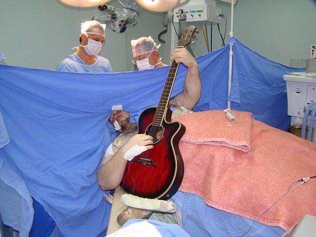 Baba olduktan 15 gün sonra beyninde tümör olduğunu öğrenen 33 yaşındaki adam 20 yıldır profesyonel olarak gitar çalıyor.