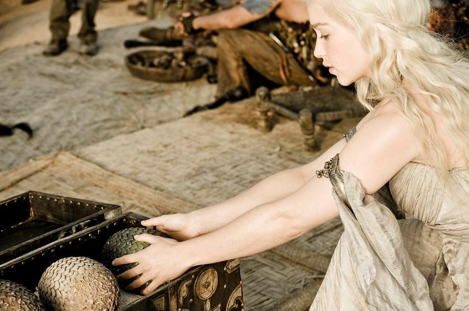 Dizide 3 adet ejderha yumurtasının sahibi olanDaenerys Targaryen'ın kaderi ejderhaların doğmasıyla değişiyor.