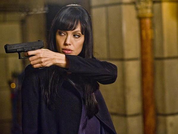 Angelina Jolie, sol eliyle attığını vuran ajan filmlerinde başarıyla oynuyor...